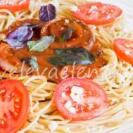 Цельнозерновые спагетти с томатным соусом.