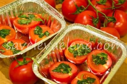 Запеченные помидоры с оливковым маслом, базиликом и чесноком