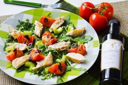 Салат с запеченными помидорами и куриной грудкой