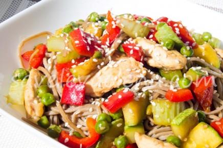 Гречневая лапша с горошком, кабачком, перцем, сельдереем и курицей.