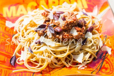 Цельнозерновые спагетти с тунцом и фасолью.
