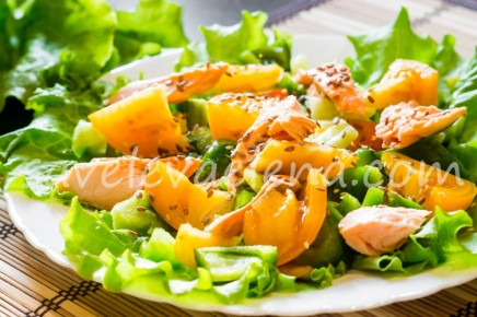 Салат с лососем и желтыми помидорами.