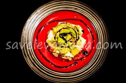 Салат из авокадо, помидоров и моцареллы.