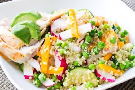 Теплый салат из киноа с грудкой и овощами