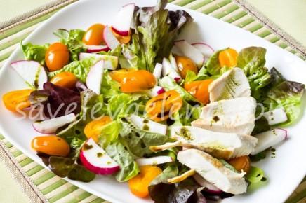 Салат с куриной грудкой и тыквенным маслом.