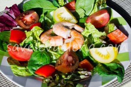 Салат с помидорами и креветкам