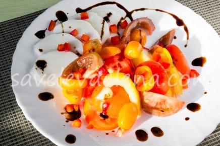 Салат из свежих помидоров с моцареллой.