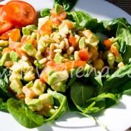 Салат с авокадо и помидорами.