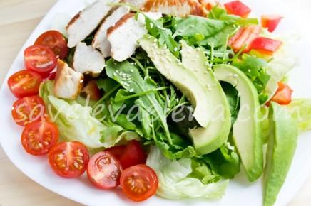 Салат с куриной грудкой и авокадо.