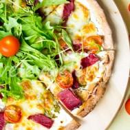 Пицца с рикоттой и сыровяленой говядиной.
