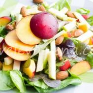 Салат с нектаринами, яблоком и орехами.