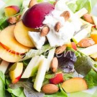 Салат с нектаринами,яблоком, рикоттой и орехами.