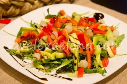 Салат с кабачком и маринованным луком