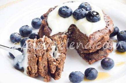Банановые панкейки с какао и льняной мукой на йогурте