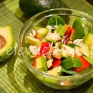 Салат с авокадо и орехами.