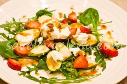 Салат с грушей, рикоттой и клубникой.