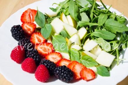 Руккола с ягодами и грушей.