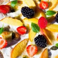 Цельнозерновая пицца с рикоттой, нектаринами и ягодами.